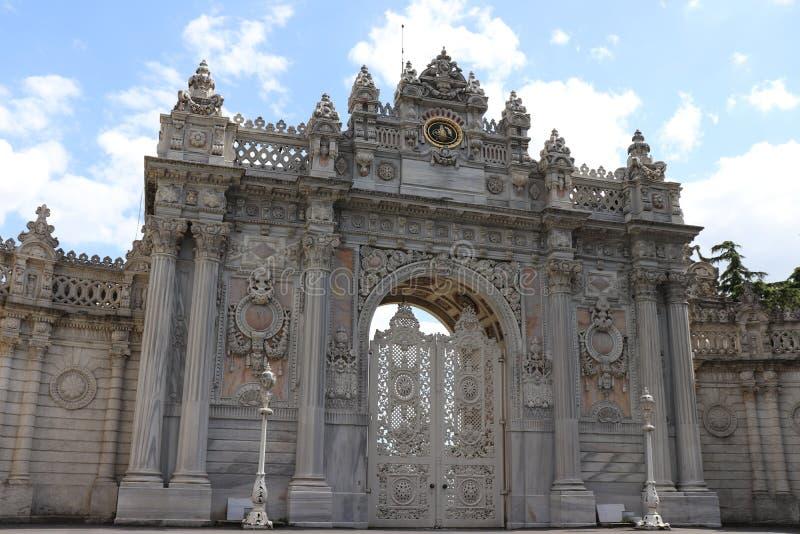 Puerta de entrada principal del palacio del dolmabahce en Estambul, Turquía imagenes de archivo