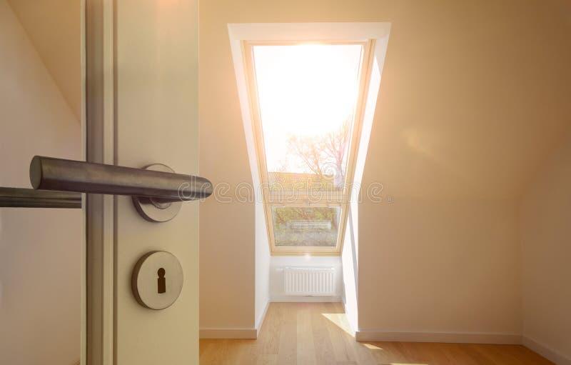 Puerta de entrada a un apartamento en el último piso del tejado en un edificio residencial fotografía de archivo