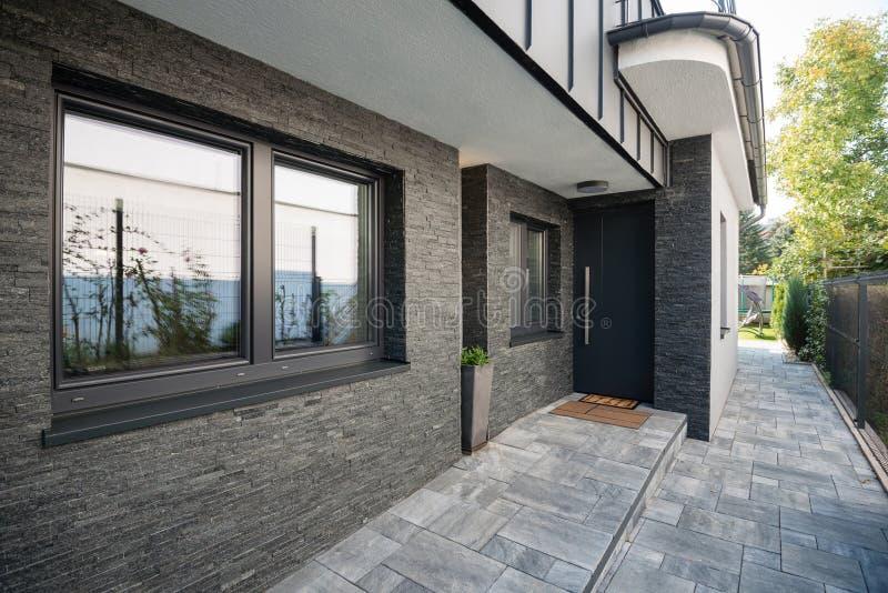 Puerta de entrada de una casa imagenes de archivo