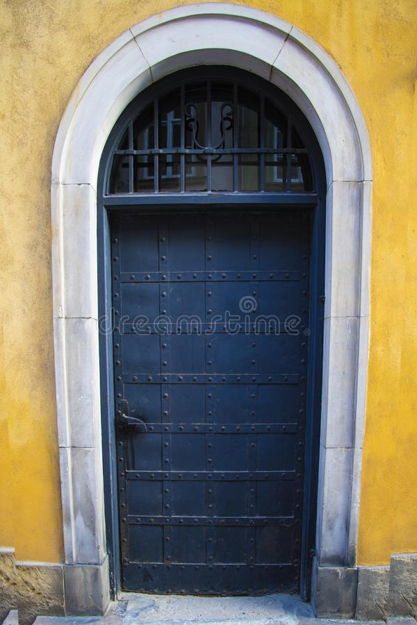 Puerta de entrada vieja al edificio, fondo fotos de archivo libres de regalías
