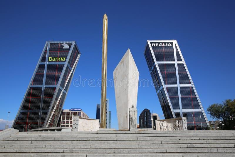 Puerta de Europa. Madrid royaltyfri bild