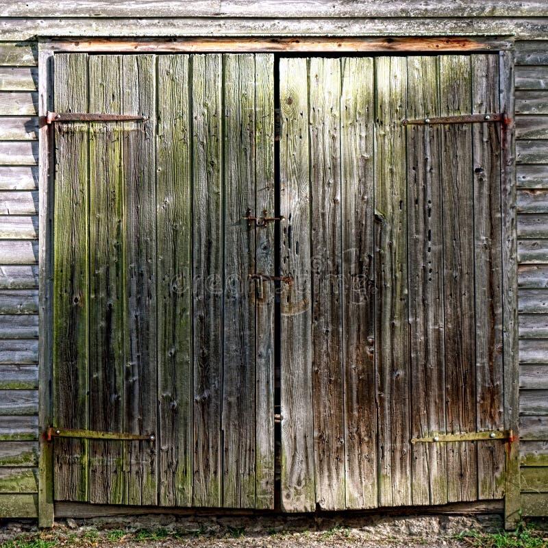 Puerta de granero de madera antigua en el edificio agrícola histórico imagen de archivo libre de regalías