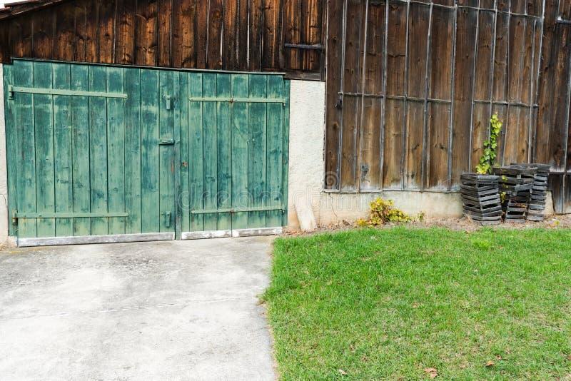 Puerta de granero de madera verde rústica del viejo vintage en una vertiente de madera fotografía de archivo libre de regalías