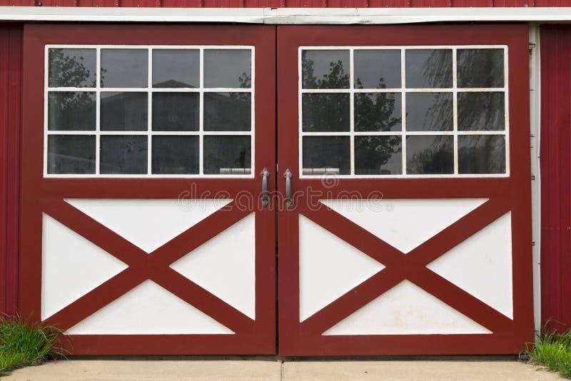 Puerta de granero roja fotos de archivo