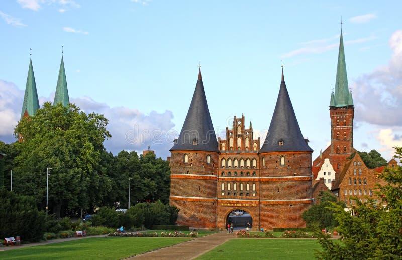 Puerta de Holsten en la ciudad vieja de Lubeck, Alemania imagen de archivo