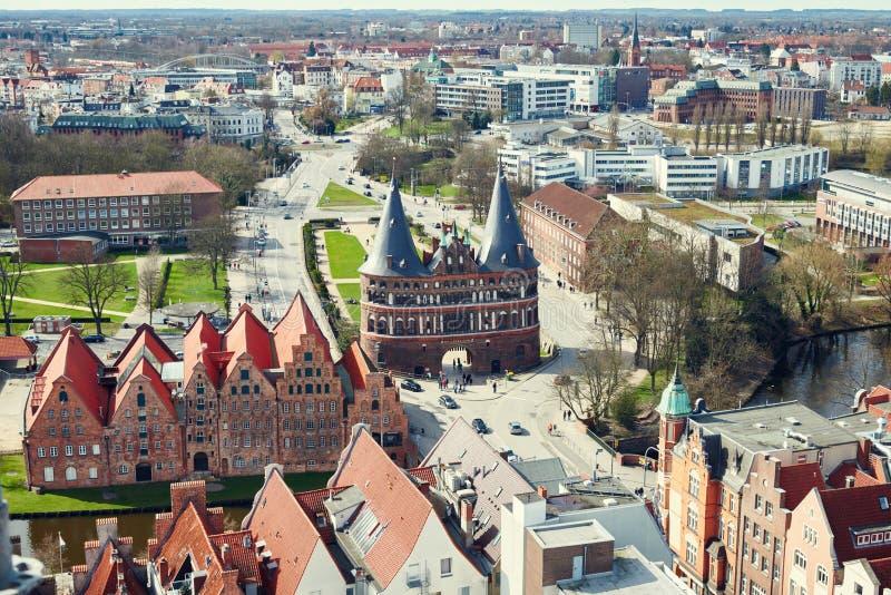 Puerta de Holstentor en la ciudad vieja de Lubeck alemania imagen de archivo libre de regalías