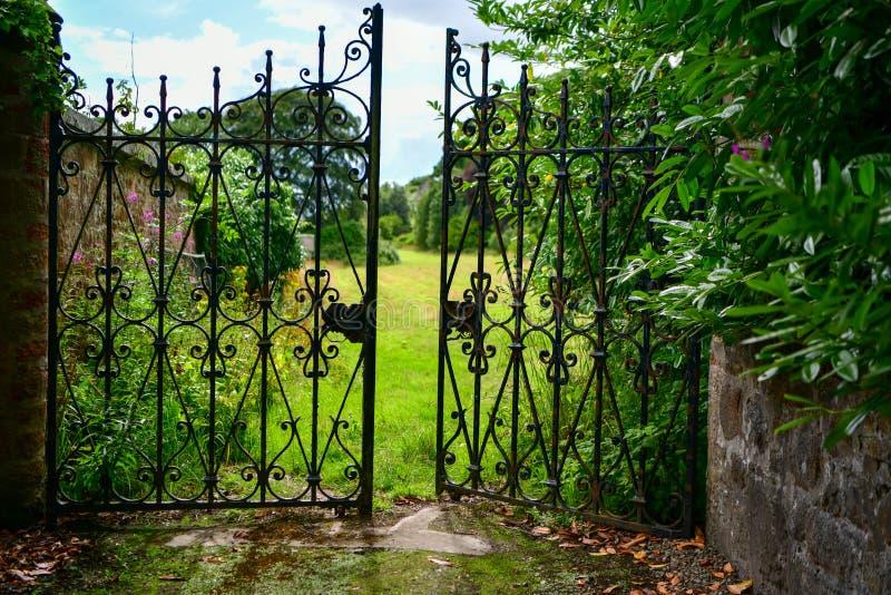 Puerta de jardín decorativa, entrada, abierta fotografía de archivo libre de regalías
