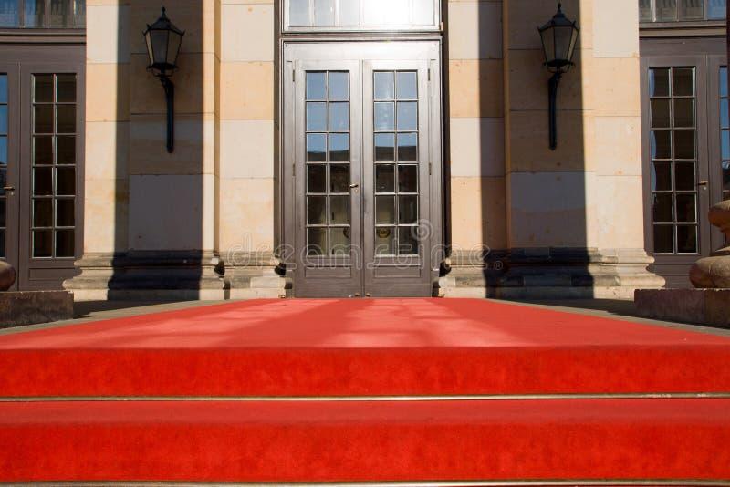 Puerta de la alfombra roja y de entrada fotos de archivo libres de regalías