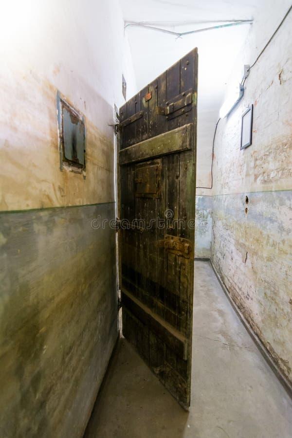 Puerta de la c lula en la c rcel de jilava del fuerte 13 for Celulas fotoelectricas para puertas