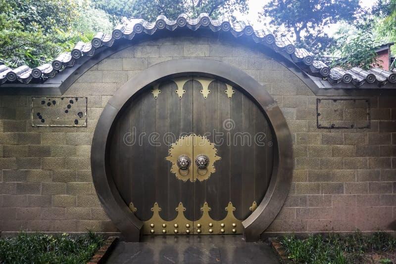 Puerta de la casa del chino tradicional imagen de archivo