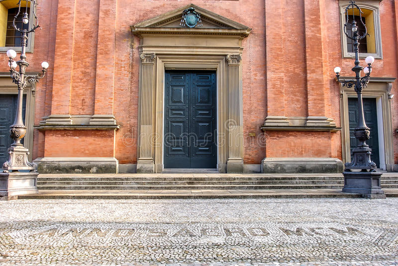 Puerta de la catedral de Imola San Cassiano - Bolonia Emilia de la iglesia fotografía de archivo libre de regalías