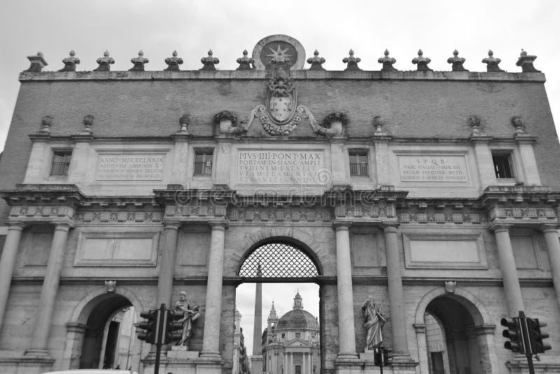 Puerta de la ciudad de Porta del Popolo en Roma fotografía de archivo