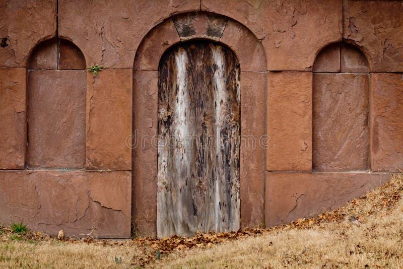 Puerta de la cripta fotos de archivo