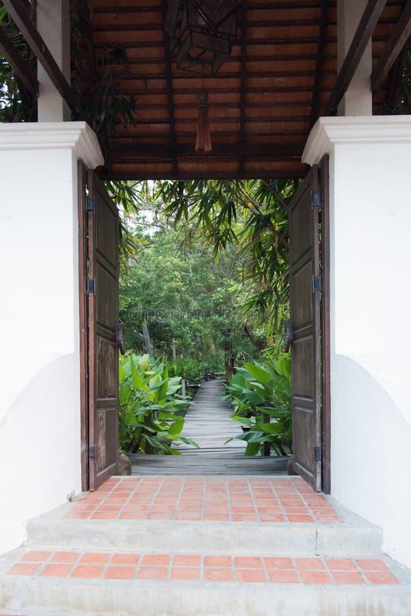 Puerta de la entrada al jardín tropical foto de archivo