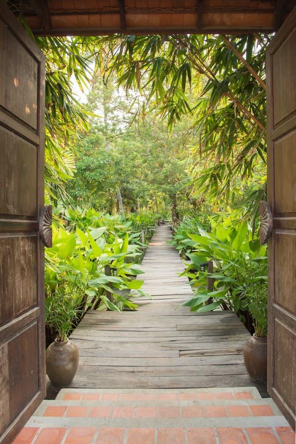Puerta de la entrada al jardín tropical imagen de archivo libre de regalías