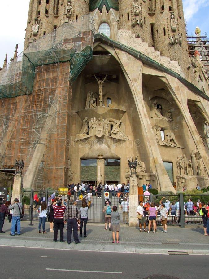 Puerta de la entrada de la basílica de Sagrada Familia en Barcelona imagenes de archivo