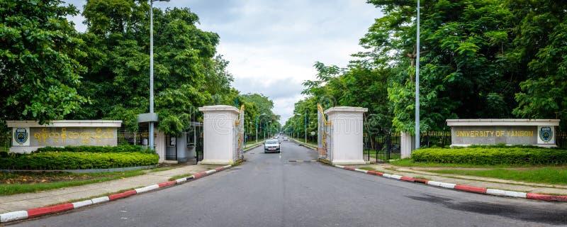 Puerta de la entrada de la universidad de Rangún, Myanmar fotos de archivo