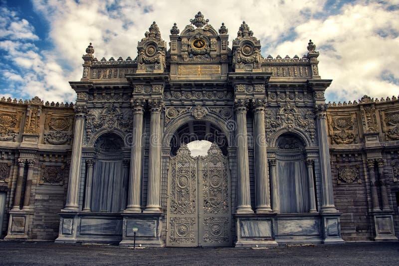 Puerta de la entrada del palacio de Dolmabahce imagenes de archivo