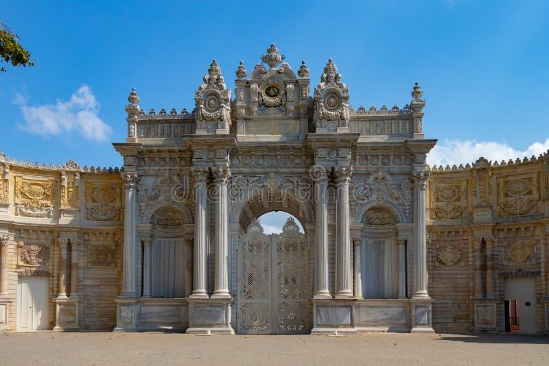 Puerta de la entrada del palacio de Dolmabahce del sultán fotos de archivo