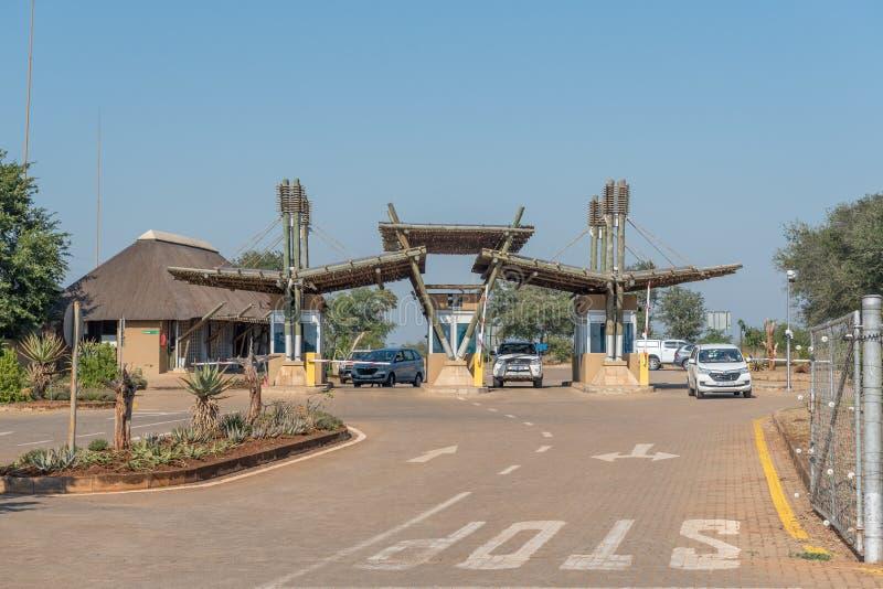Puerta de la entrada del parque nacional de Kruger en el puente del cocodrilo fotos de archivo