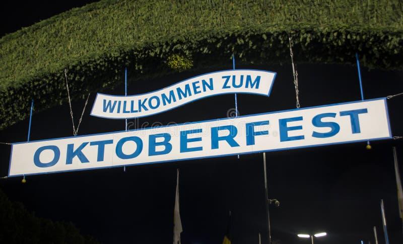 Puerta de la entrada principal al parque de atracciones de Oktoberfest en Munich, germen fotos de archivo
