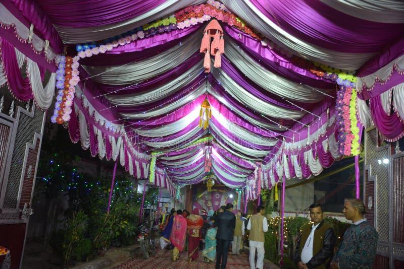 Puerta de la entrada de un hogar adornado del matrimonio en Delhi la India fotos de archivo libres de regalías
