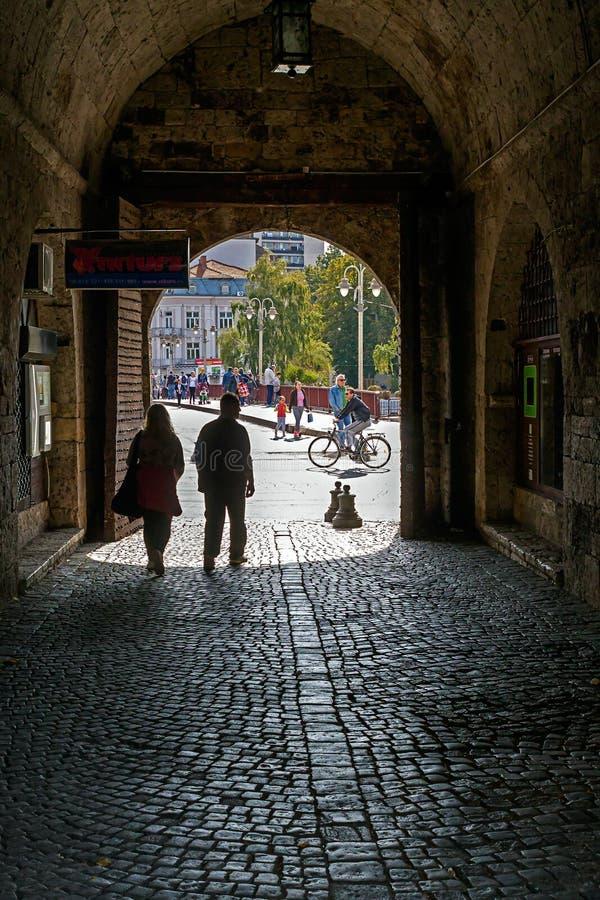 Puerta de la fortaleza con objeto del exterior imagenes de archivo