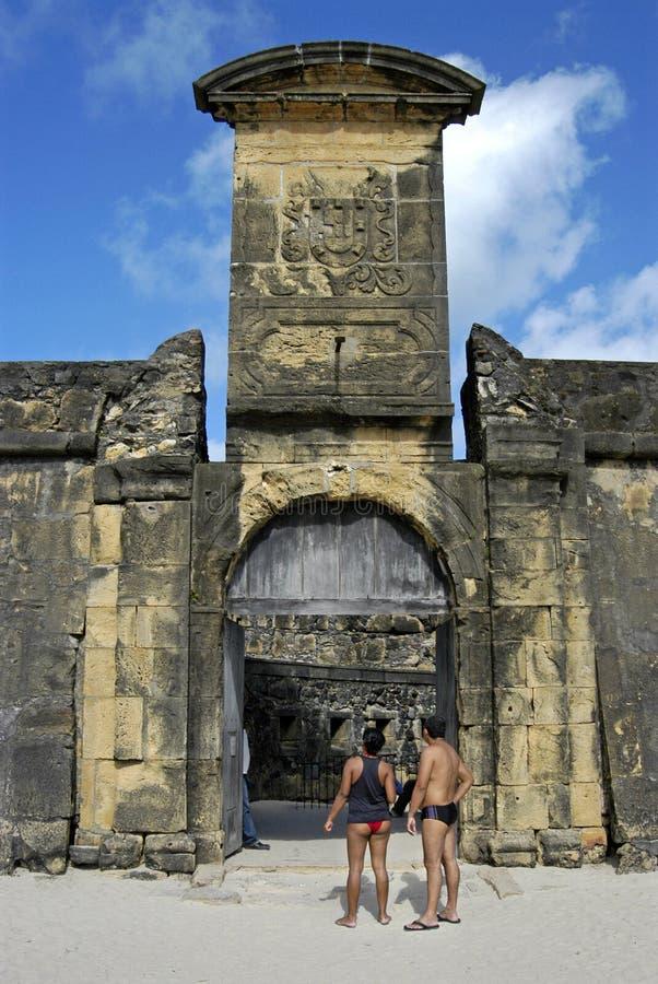 Puerta de la fortaleza de la naranja del fuerte con el escudo de armas imagenes de archivo