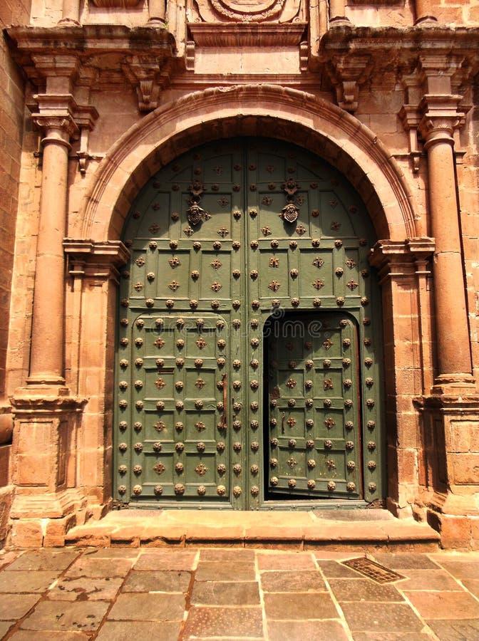 Puerta de la iglesia de Cusco imagenes de archivo