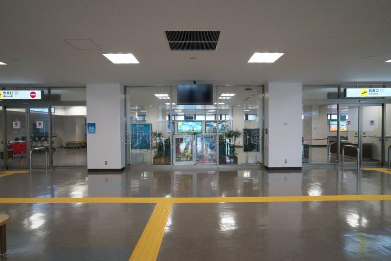 Puerta de la llegada del aeropuerto de Amami en Amami Oshima, Kagoshima, Japón foto de archivo