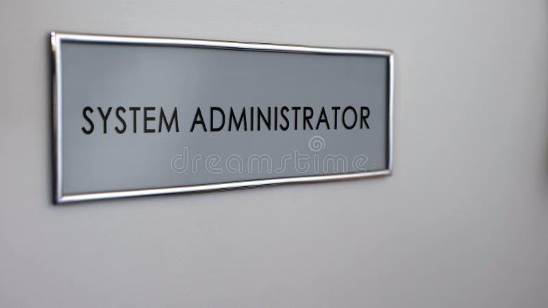Puerta de la oficina del administrador de sistema, visita al informático, gestor de red ilustración del vector