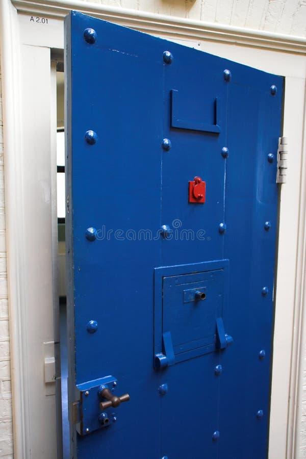Puerta de la prisión. imagen de archivo