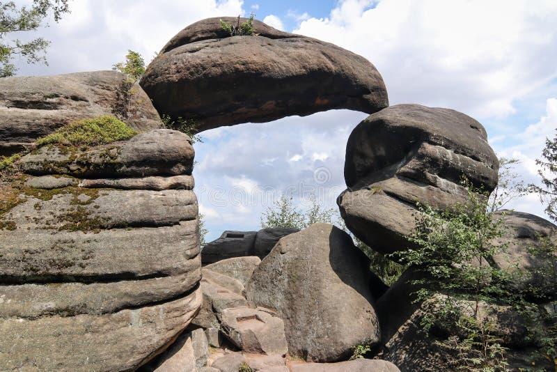 Puerta de la roca en las paredes de Broumov de la reserva de naturaleza imágenes de archivo libres de regalías