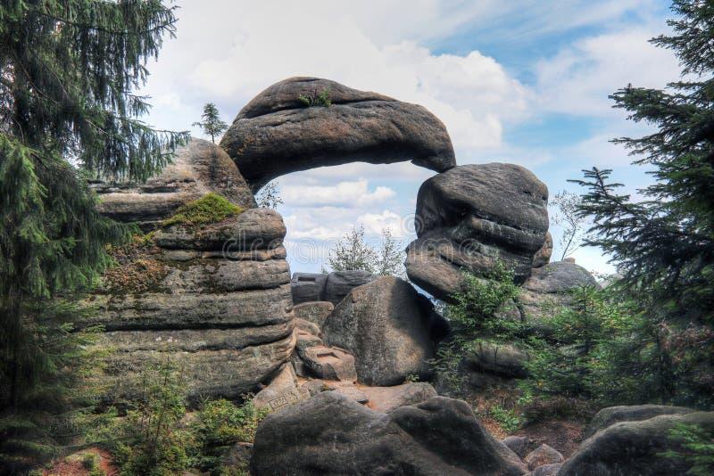 Puerta de la roca en las paredes de Broumov de la reserva de naturaleza fotos de archivo libres de regalías