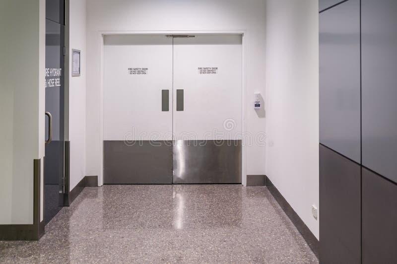 Puerta de la seguridad contra incendios en el edificio público imagen de archivo