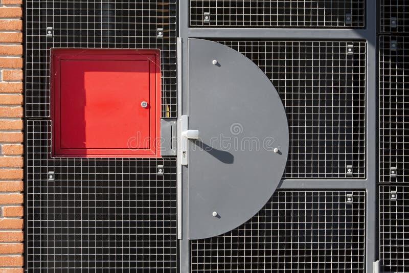 Puerta de la seguridad de la rejilla del metal fotografía de archivo