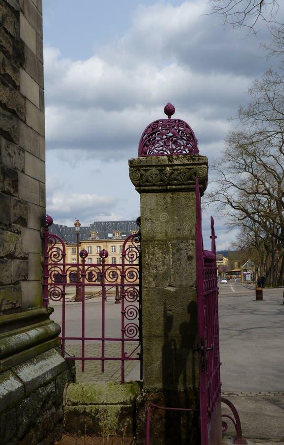 Puerta de la trabajo de metalistería de la piedra y del hierro foto de archivo libre de regalías