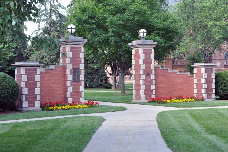 Puerta de la universidad de Simpson foto de archivo