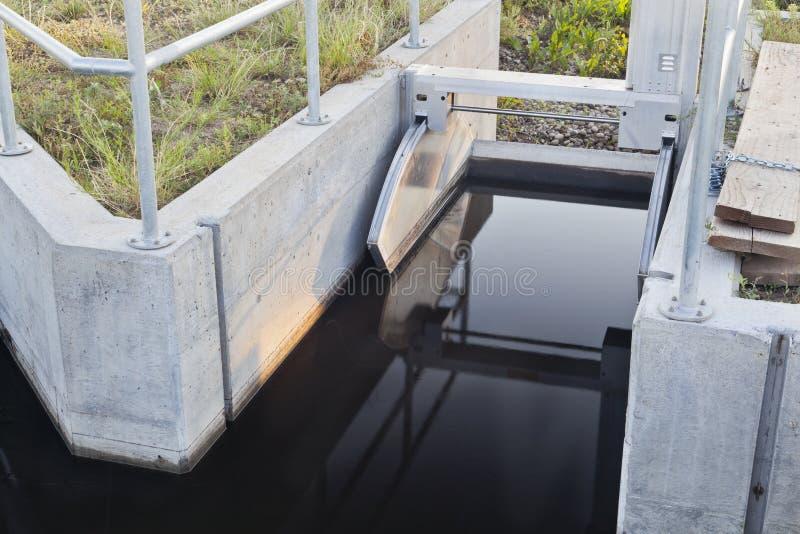 Puerta de la zanja de irrigación imagenes de archivo