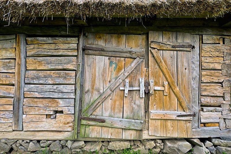 Puerta de madera abandonada del vintage del granero. Foto del entran rústico de la casa fotos de archivo libres de regalías