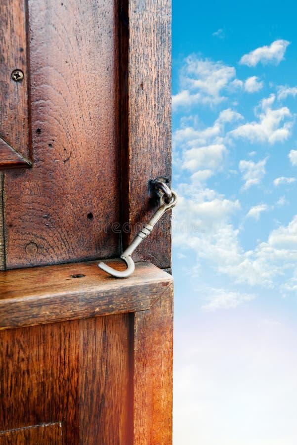 Puerta de madera abierta al cielo foto de archivo