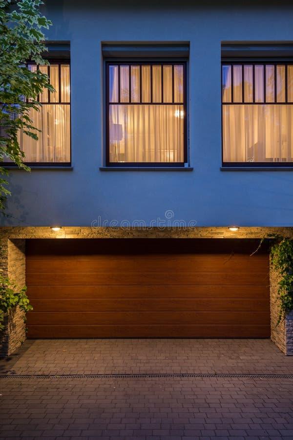 Puerta de madera al garaje foto de archivo