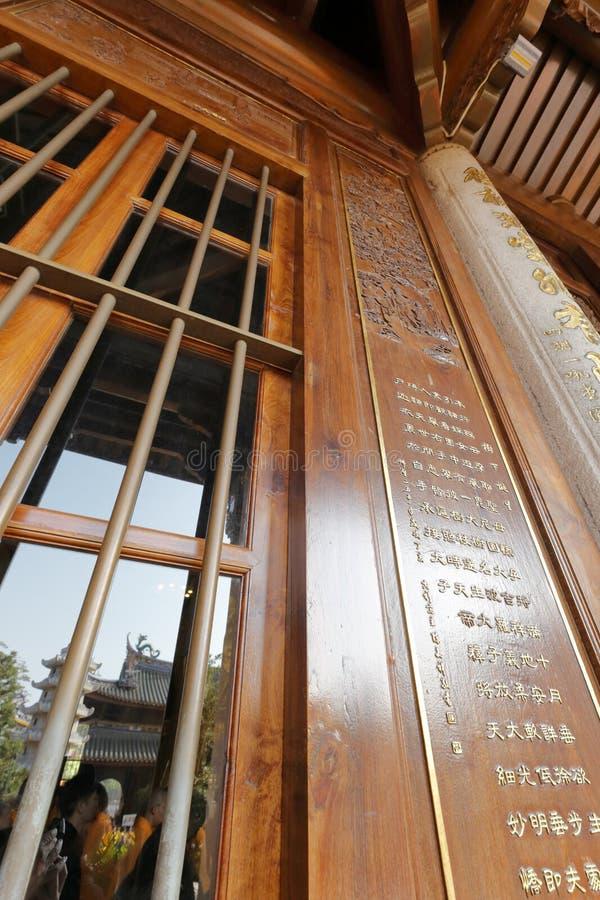Puerta de madera alta del pasillo principal en el templo del nanputuo, adobe rgb fotos de archivo