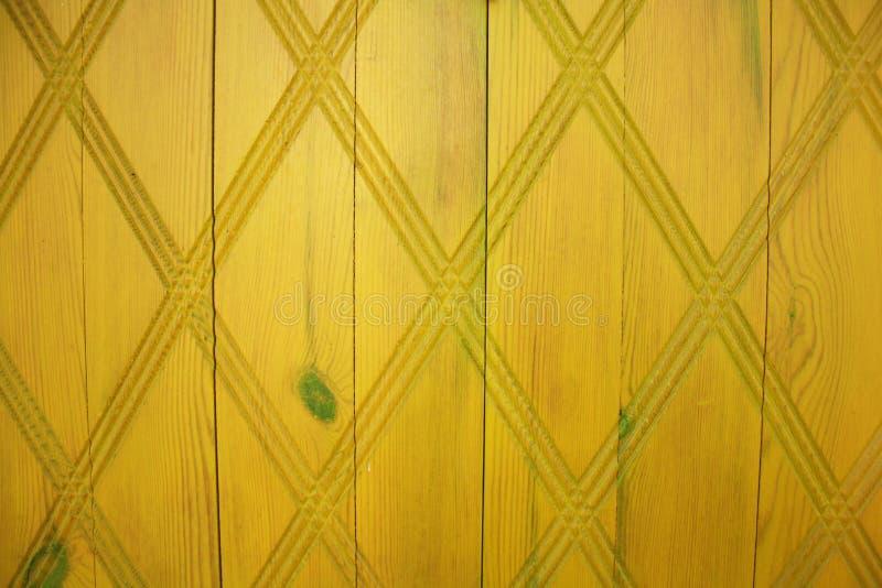 Puerta de madera amarilla con el modelo imagen de archivo