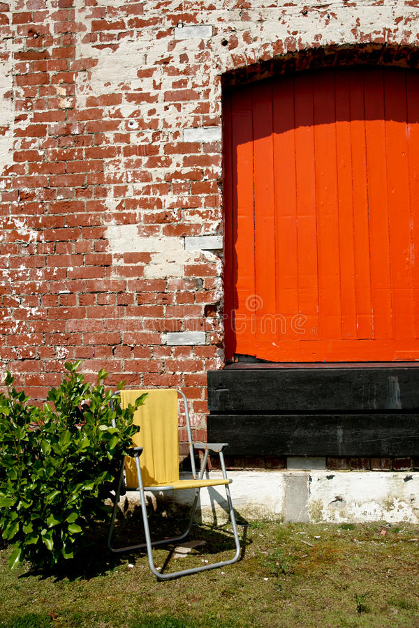 Puerta de madera anaranjada. imagenes de archivo