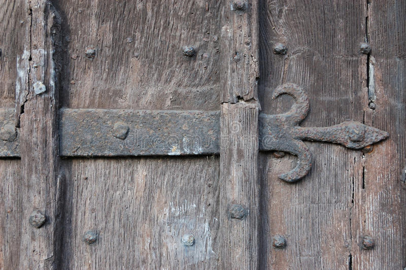 Puerta de madera antigua con la industria siderúrgica de la flor de lis imagen de archivo libre de regalías