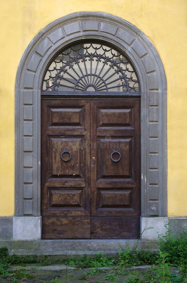 Puerta de madera antigua del edificio histórico imagen de archivo libre de regalías