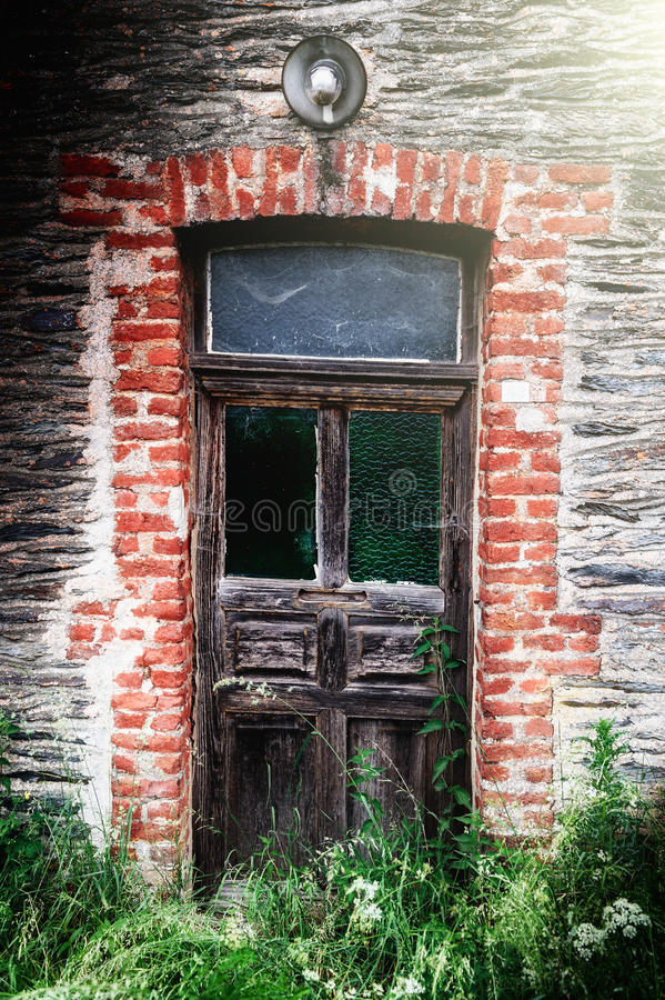 Puerta de madera antigua en casa abandonada foto de for Puerta blindada antigua casa gutierrez