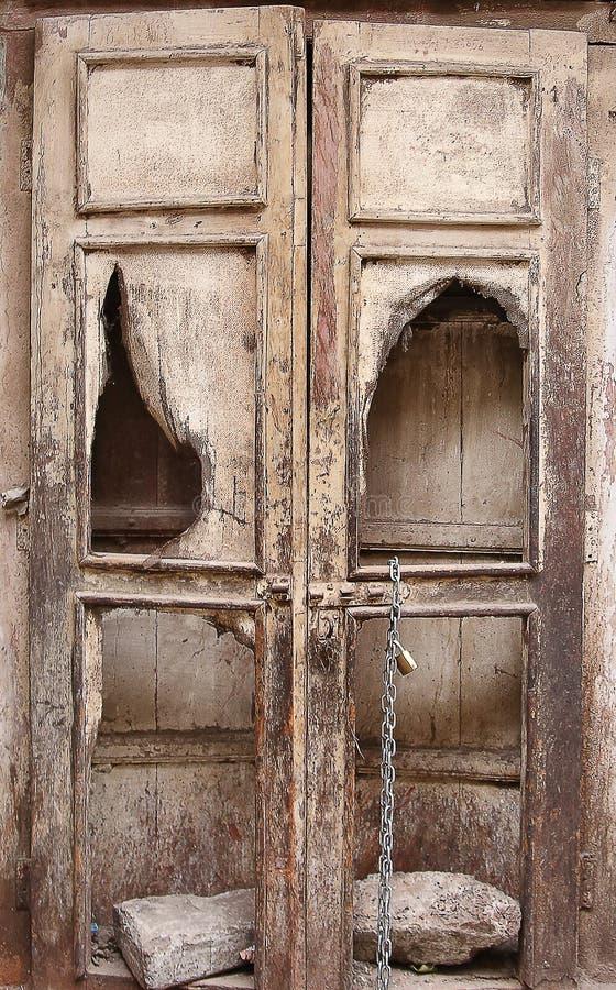 Puerta de madera antigua en la ciudad imagen de archivo