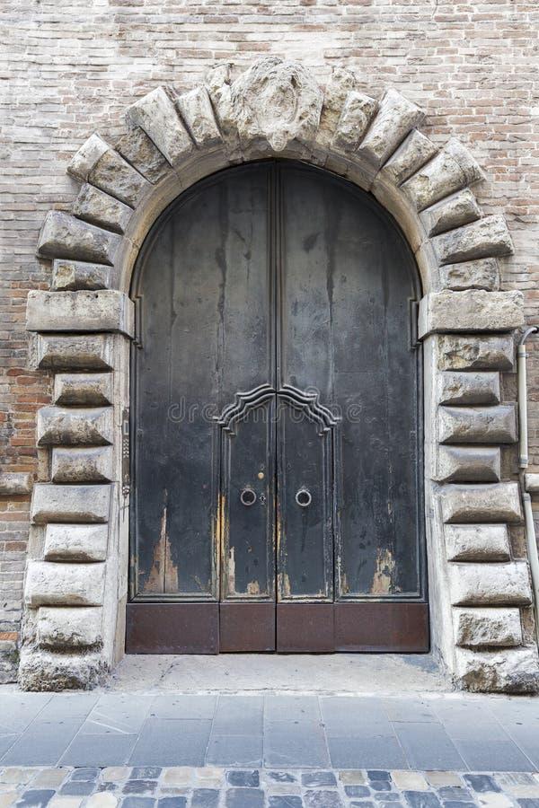 Puerta de madera antigua en Rímini, Italia fotos de archivo libres de regalías